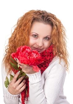 Ritratto di giovane donna bellissima con fiore rosso