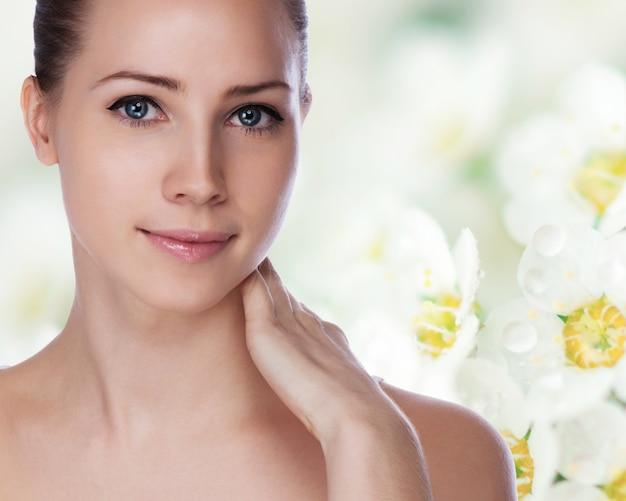 Ritratto di giovane donna bellissima con pelle sana