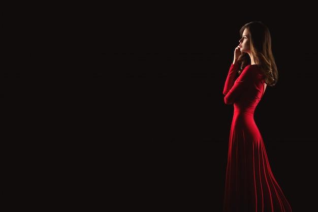 Ritratto di giovane donna bellissima in abito rosso