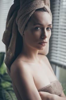 Ritratto di giovane donna bellissima in accappatoio