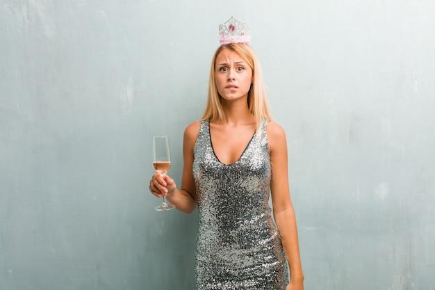 Ritratto di giovane donna bionda elegante preoccupato e sopraffatto, smemorato, realizzare somethi