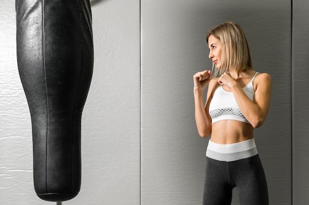 Ritratto di giovane donna boxe in palestra