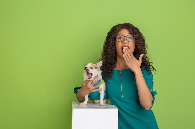 Ritratto di giovane donna caucasica con emozioni luminose su verde