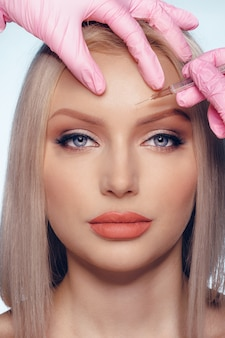 Ritratto di giovane donna caucasica, concetto di iniezione cosmetica di botox