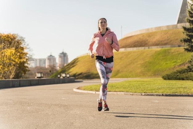 Ritratto di giovane donna che corre all'aperto