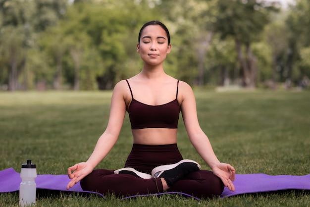Ritratto di giovane donna che esercita yoga