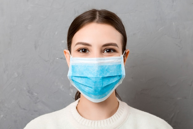 Ritratto di giovane donna che indossa maschera medica