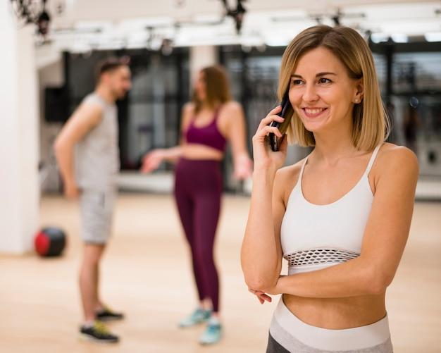 Ritratto di giovane donna che parla al telefono