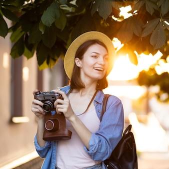 Ritratto di giovane donna che scatta foto in vacanza
