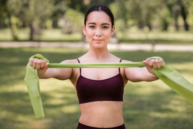 Ritratto di giovane donna che tiene elastico