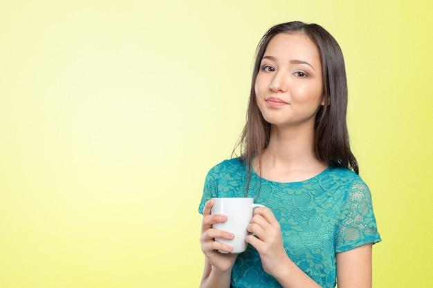 Ritratto di giovane donna con caffè