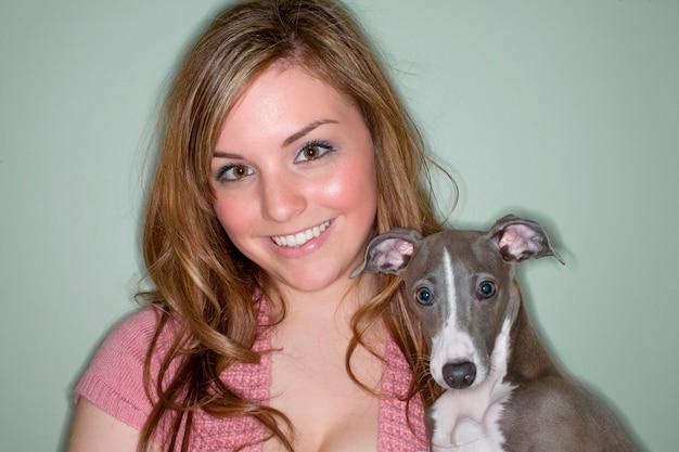 Ritratto di giovane donna con cane levriero italiano