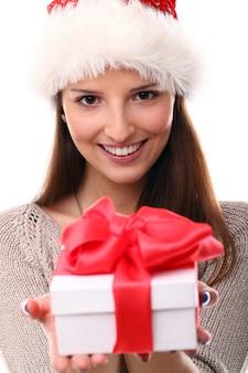 Ritratto di giovane donna con cappello santa e confezione regalo