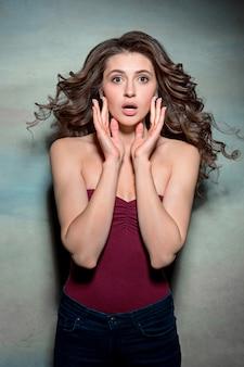 Ritratto di giovane donna con espressione facciale scioccata