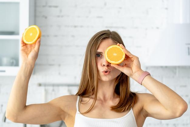 Ritratto di giovane donna con frutta arancione