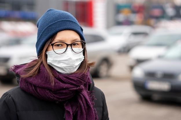 Ritratto di giovane donna con maschera chirurgica