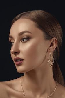Ritratto di giovane donna con orecchini d'oro