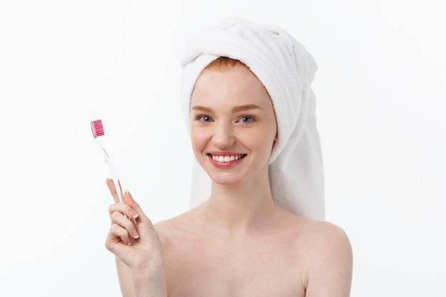 Ritratto di giovane donna con spazzolino da denti.