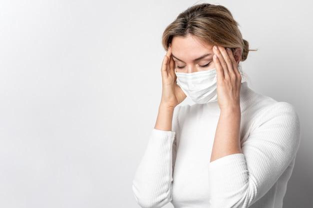 Ritratto di giovane donna con un sintomo di malattia