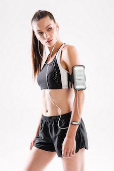 Ritratto di giovane donna concentrata di forma fisica in abiti sportivi