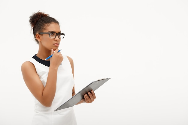 Ritratto di giovane donna d'affari africani di successo su bianco