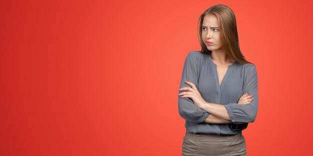 Ritratto di giovane donna depressa triste