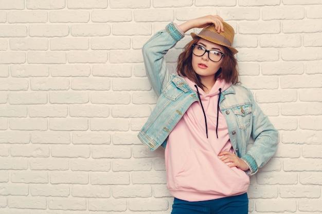 Ritratto di giovane donna elegante hipster