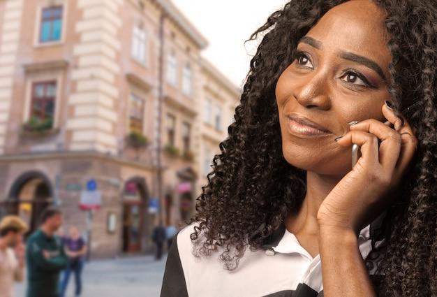 Ritratto di giovane donna felice sul telefono isolato