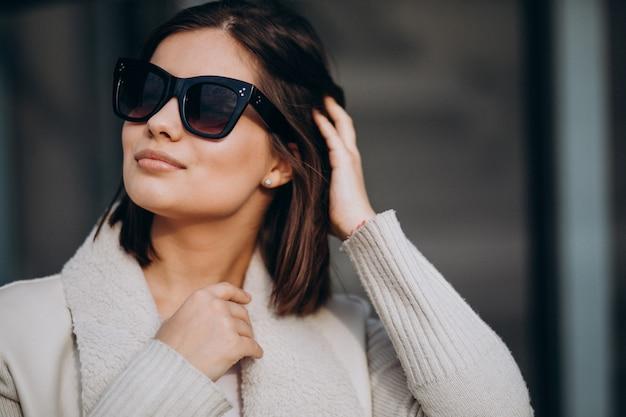 Ritratto di giovane donna in città