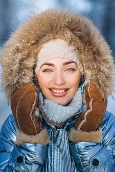Ritratto di giovane donna in giacca invernale