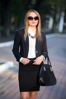 Ritratto di giovane donna in occhiali da sole