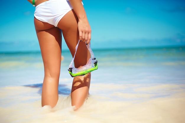 Ritratto di giovane donna in spiaggia