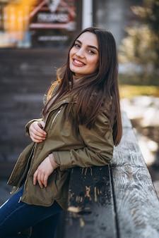 Ritratto di giovane donna in strada