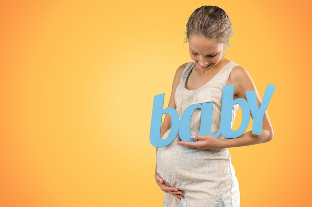 Ritratto di giovane donna incinta sorridente felice