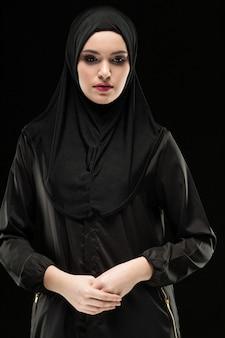 Ritratto di giovane donna musulmana in abiti tradizionali