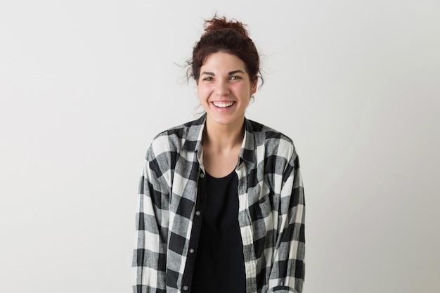 Ritratto di giovane donna piuttosto elegante, sorridente, felice, sincera emozione, umore naturale e positivo, ridere, isolato, camicia a scacchi, gioventù moderna, studente