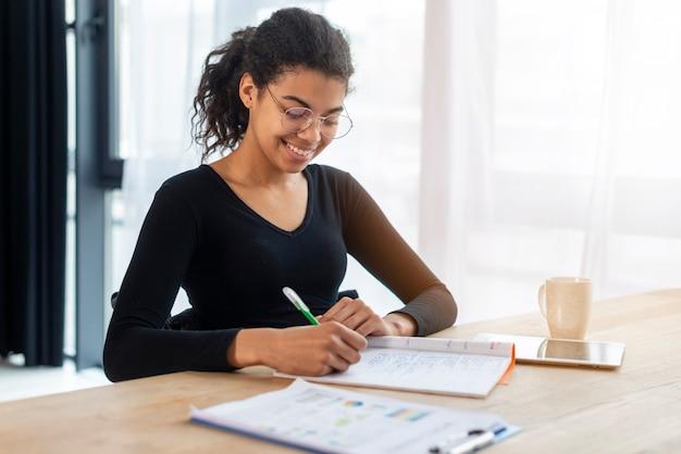 Ritratto di giovane donna positiva che lavora all'ufficio