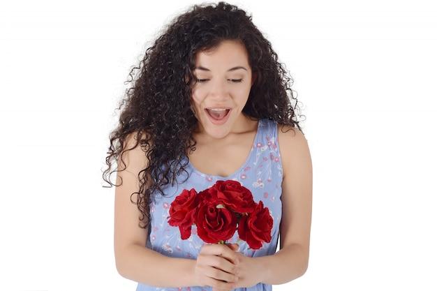 Ritratto di giovane donna sorpresa con un mazzo di fiori