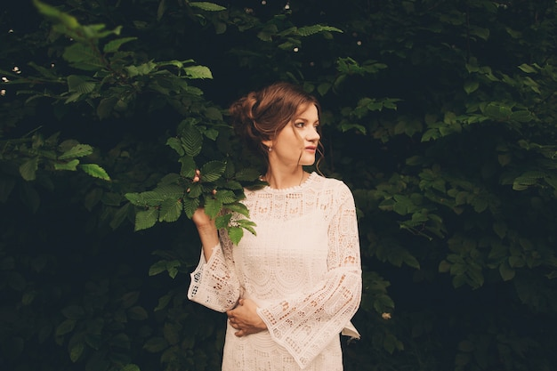 Ritratto di giovane donna, su sfondo verde parco estivo