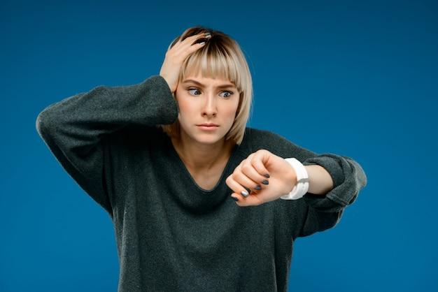 Ritratto di giovane donna sul muro blu