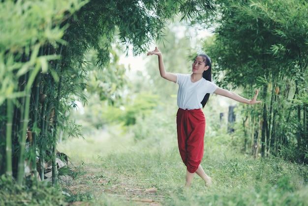 Ritratto di giovane donna tailandese in cultura cultura thailandia danza, thailandia