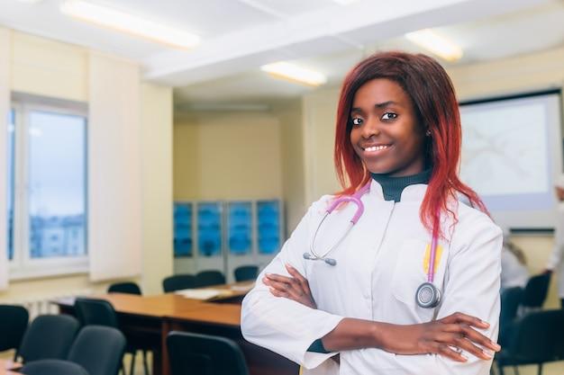 Ritratto di giovane dottore femminile afrocan-americano in doctor's office