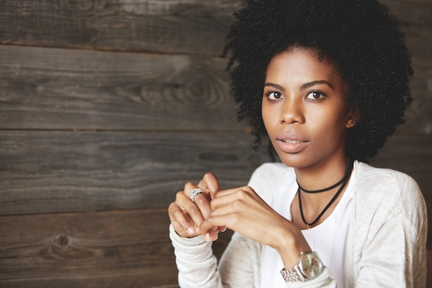 Ritratto di giovane e bella donna con acconciatura afro