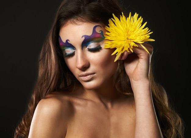 Ritratto di giovane e bella donna con fiori delicati