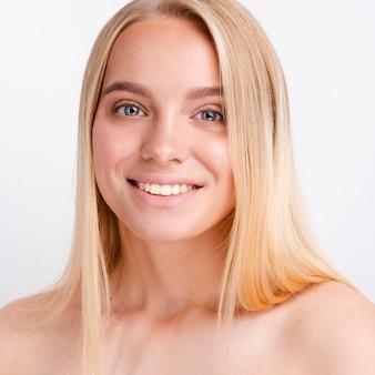 Ritratto di giovane e bella donna con la pelle chiara