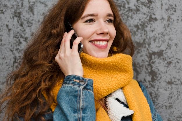 Ritratto di giovane e bella donna parlando al telefono
