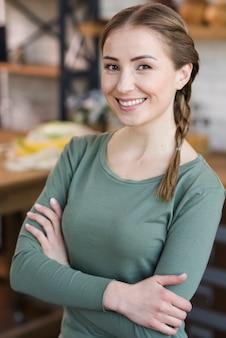 Ritratto di giovane e bella donna sorridente