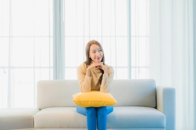 Ritratto di giovane e bella donna sul divano nel soggiorno