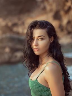 Ritratto di giovane e bella donna sulla spiaggia.