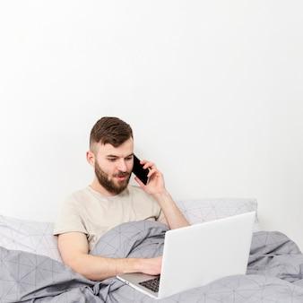 Ritratto di giovane maschio felice di lavorare da casa